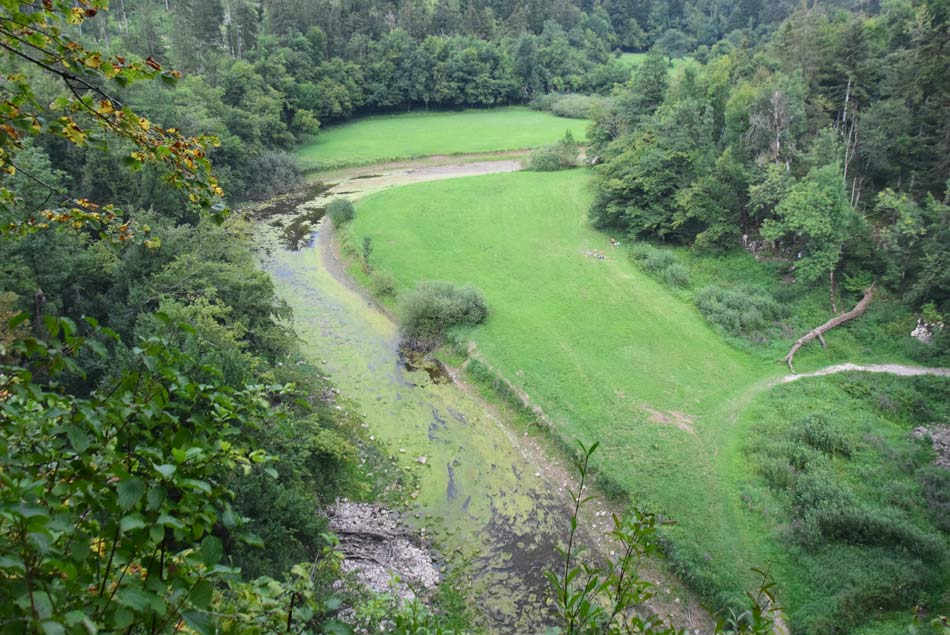 Pogled z Velikega naravnega mostu v Rakovem Škocjanu na dolino reke Rak.