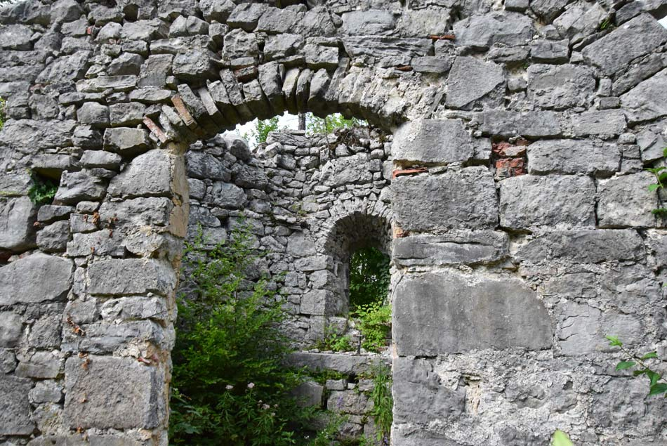 Razvaline cerkvice svetega Kocijana po katerm je Rakov Škocjan dobil ime.