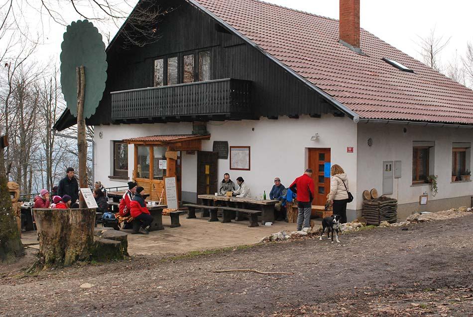 Planinski dom Rašiške čete še posebej čez vikend obiščejo številne družine z otroki.