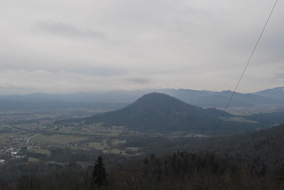 Pogled proti Šmarni gori z visokega stolpa na Rašici.