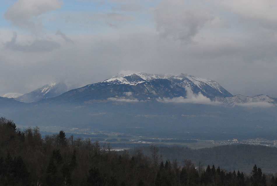 Z Rašice so Kamniško-Savinjske Alpe kot na dlani. Še posebej izstopajo Krvavec, Kalški greben, Kočna in Grintovec.
