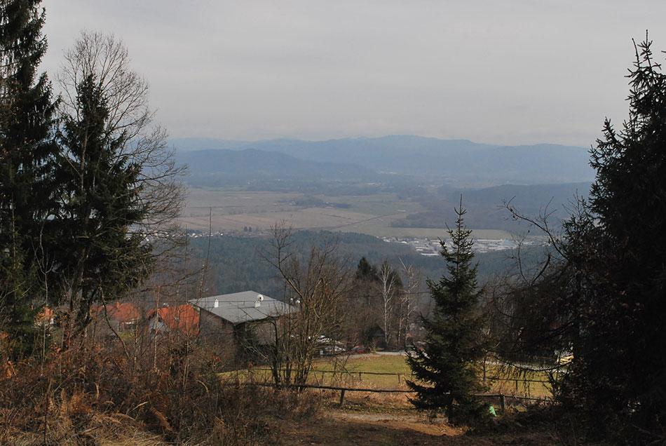 Na krožni poti nad Dobenim se odpre razgled proti Ciclju, Murovici, Limbarski gori in ostalim vrhovom Posavskega hribovja.