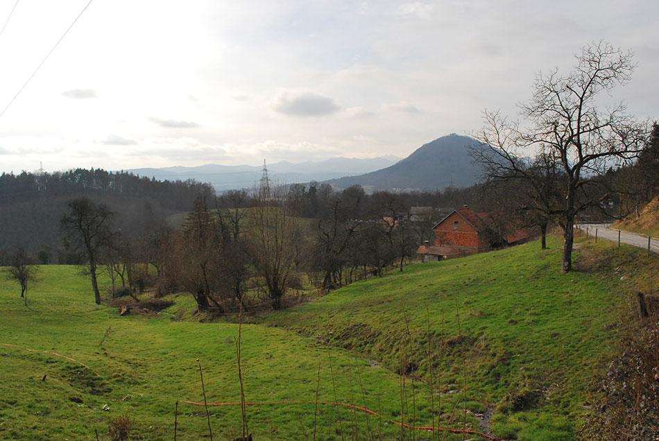 Tudi pred vasjo Rašica že pred izhodiščem izleta se odpre razgled proti Grmadi, Tošču, Jeterbenku in ostalim vrhovom Polhograjskega hribovja.