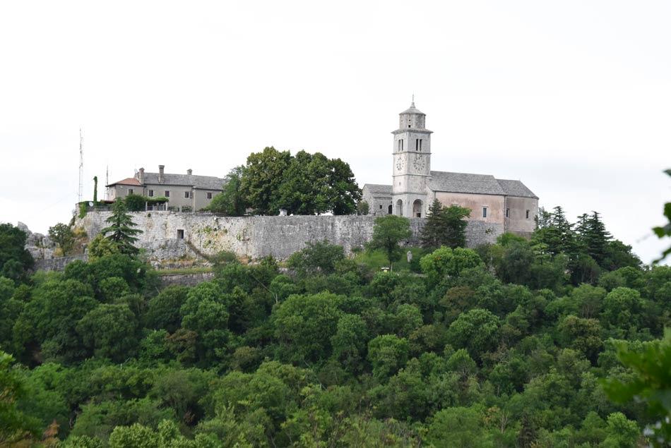 Pogled na taborsko cerkev in obzidje s sosednjega hriba, kjer se nahaja naravno svetišče.