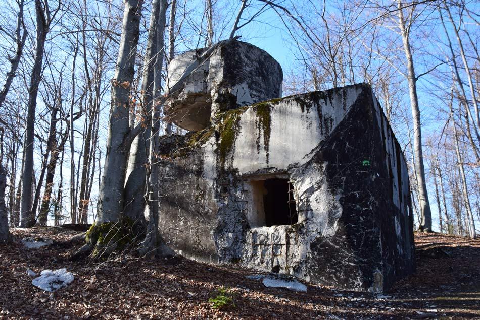Na izletu bomo šli mimo več dobro ohranjenih bunkerjev, ki se pogosto nahajajo povsem blizu Rimskega zidu, oziroma Claustre Alpium Iuliarum.