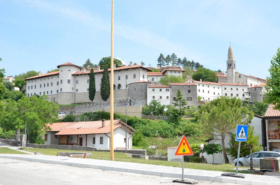 Štanjel in njegov obnovljen grad in mestno obzidje.