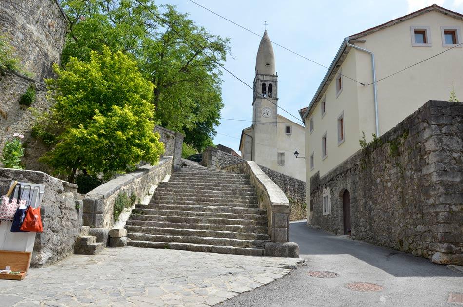 Renesančne stopnice in cerkev renesančnega Štanjela.