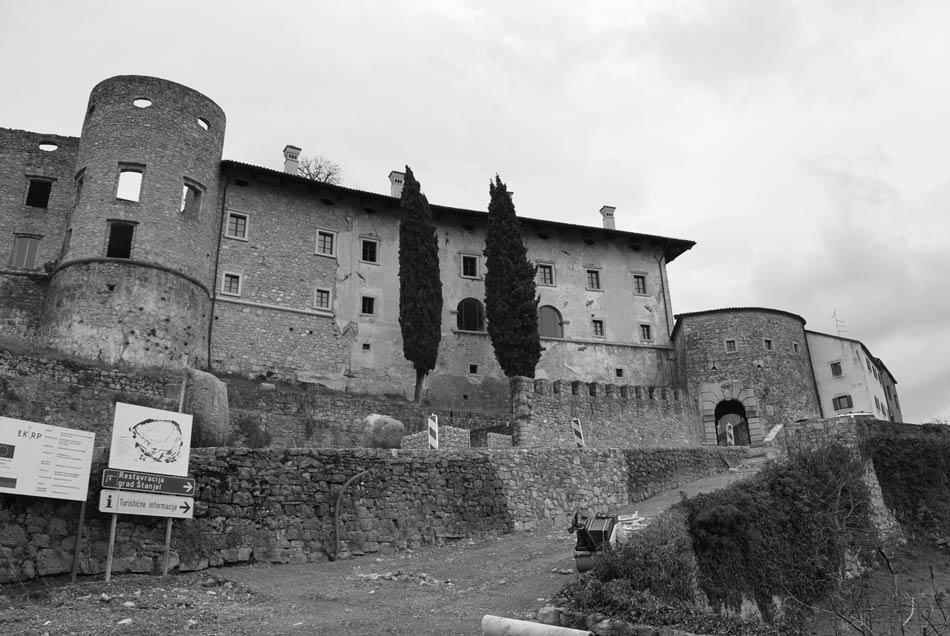 Mestna vrata in grad z golimi stenami v kraškem mestecu Štanjel.