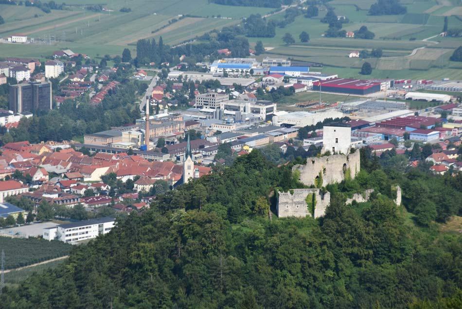 Konjiški grad in v ozadju Slovenske Konjice na poti na Stolpnik.