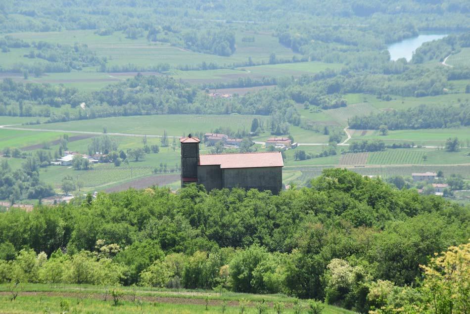 Še en pogled na cerkev nad Vitovljami. V ozadju se vidi Vipavsko dolino.