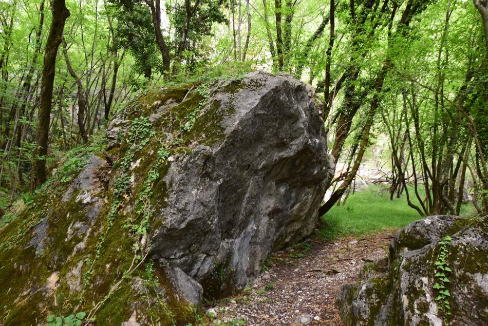 Izlet k sveti Luciji nas vodi mimo številnih velikih skal, ki jih opisujejo kot megalite in bodo družinam in otrokom zelo všeč.