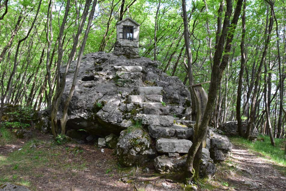 Kapelica svete Lucije nad Vitovljami se nahaja na velikem megalitu.