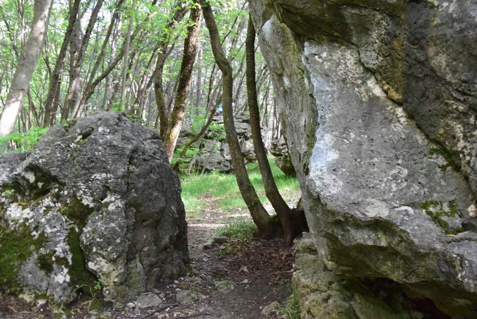 Prehod pod kapelico svete Lucije, ki se nahaja visoko nad Vipavsko dolino in pobočjih Trnovskega gozda.