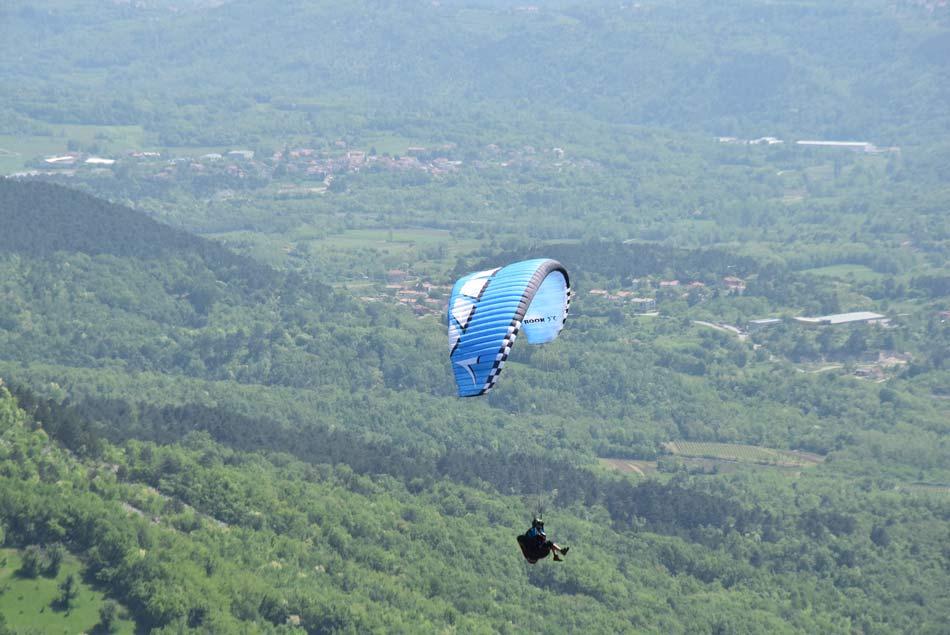 Jadralni padalec se je spustil s Trnovskega gozda na Vipavsko dolino.