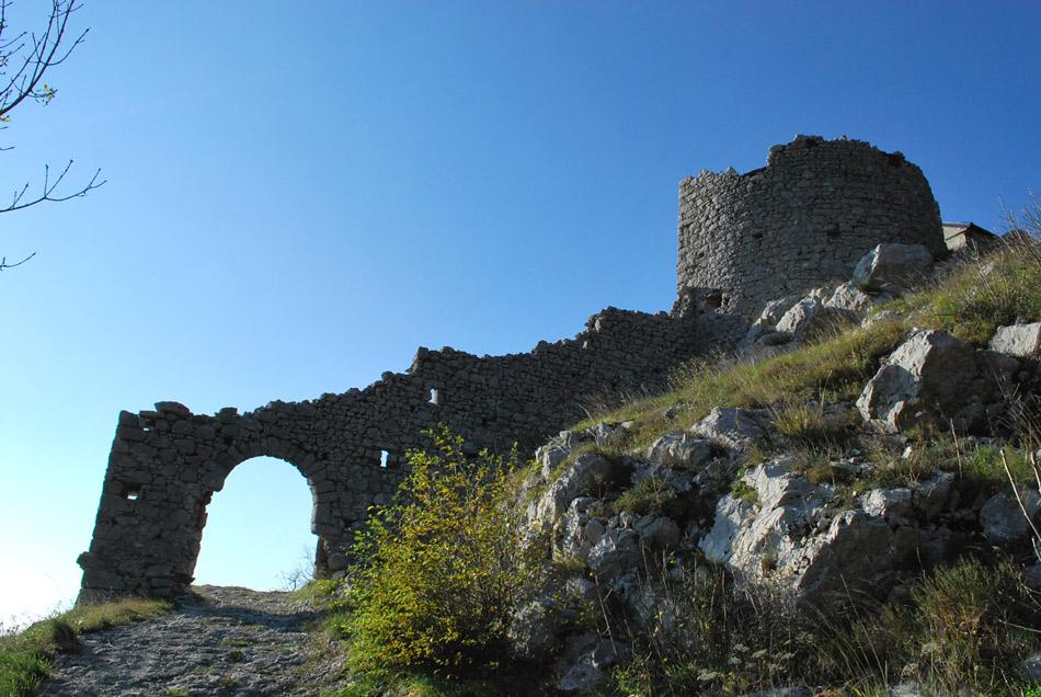 Ko se vprašamo kam na izlet nad Vipavsko dolino je cerkev svete Marije nad Vitovljami kot nalašč.