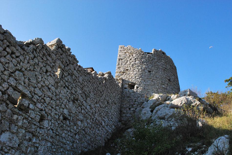 Vitovska cerkev je bila obzidana z močnim protiturškim obzidjem.