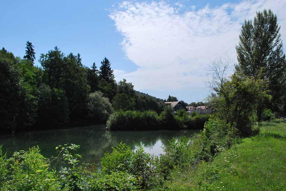 Umetno jezero Črnava pri gradu Hrib. V njemu se lahko poleti okopamo.
