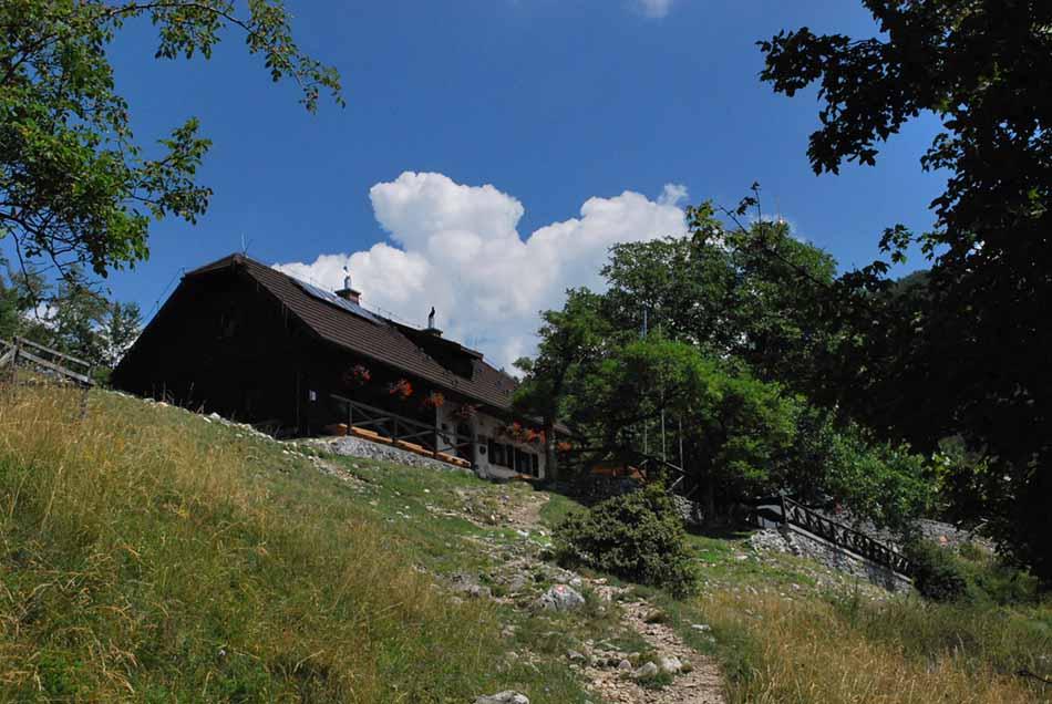 Planinski dom Iskra se nahaja poleg cerkvice svetega Jakoba.