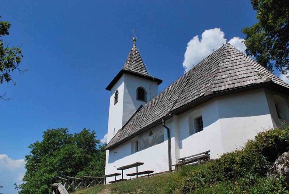 Sveti Jakob nad Preddvorom je daleč naokoli vidna cerkvica.