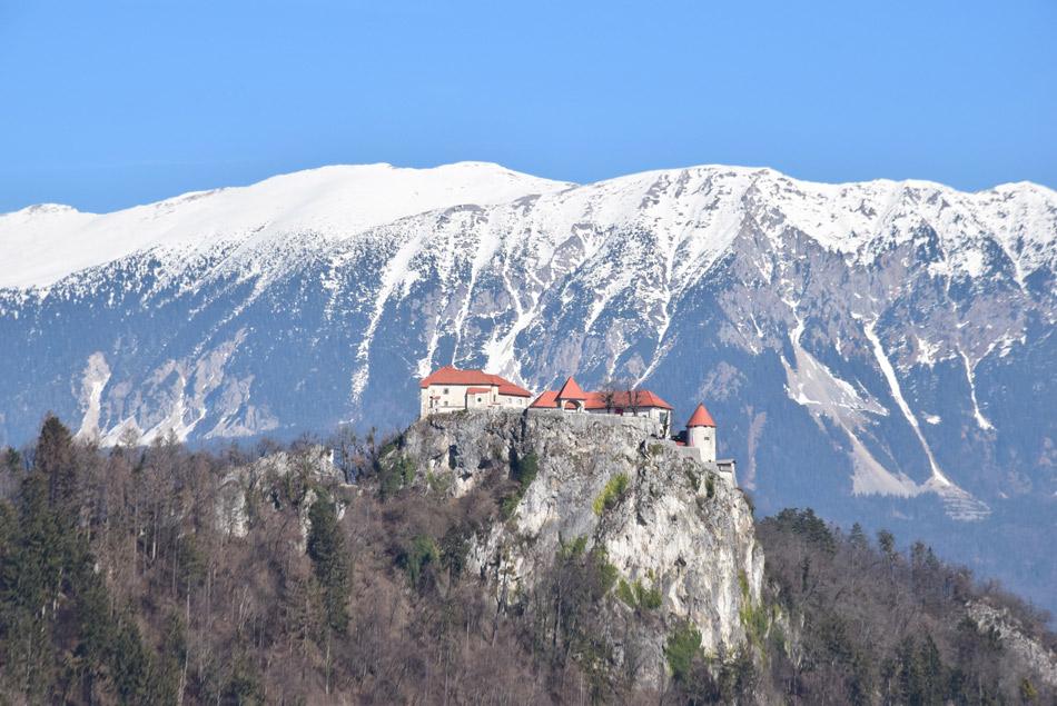 Blejski grad s Belščico in Stolom v ozadju.