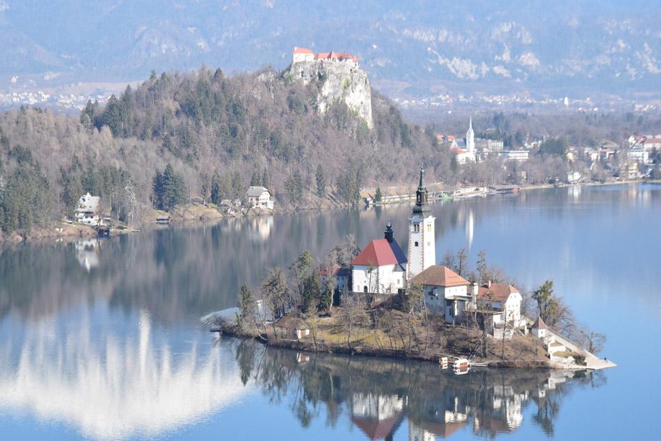 Med vzponom na Veliko Osojnico se odpre eden lepših razgledov proti Blejskemu jezeru.